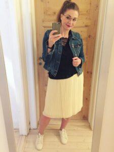 gul nederdel blå denimjakke hvide sneakers sort trøje