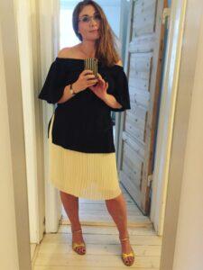 sort trøje høje hæle gul nederdel