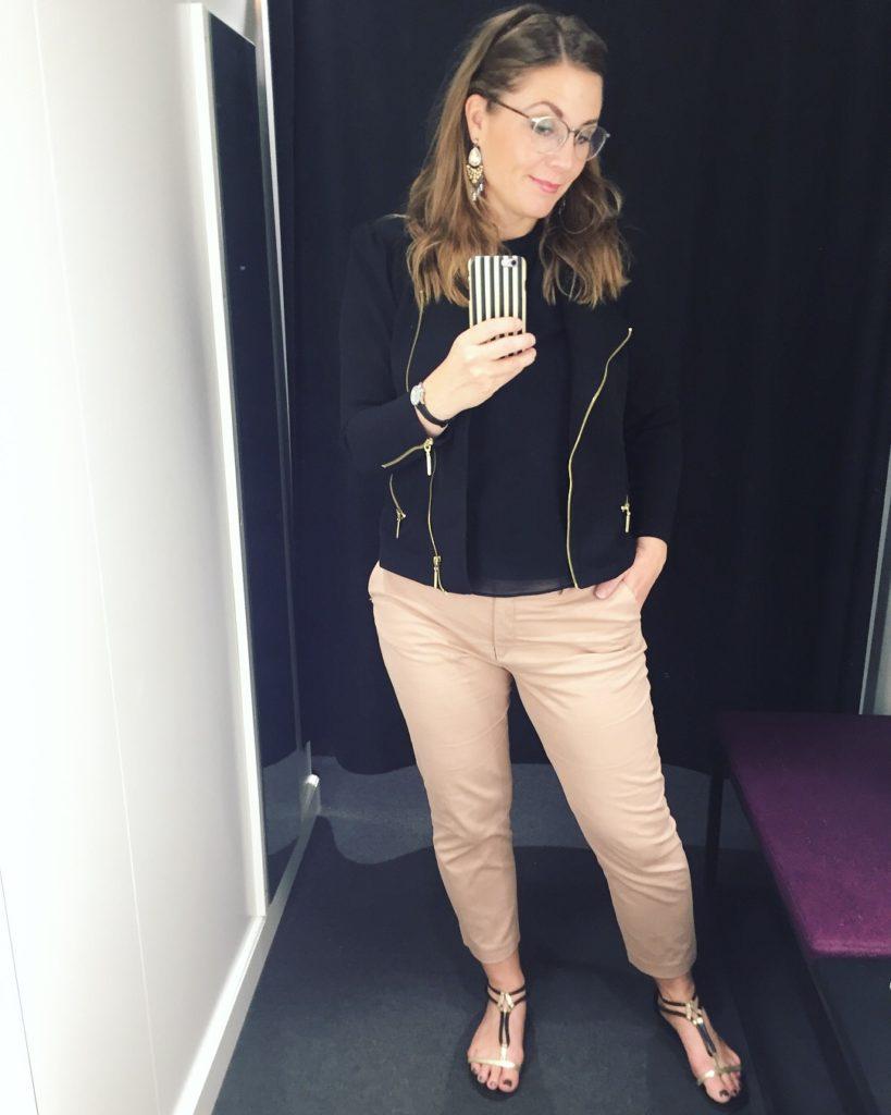 sort trøje sandaler sort jakke chinos