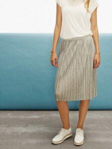 nederdel bluse hvid sneakers hvide