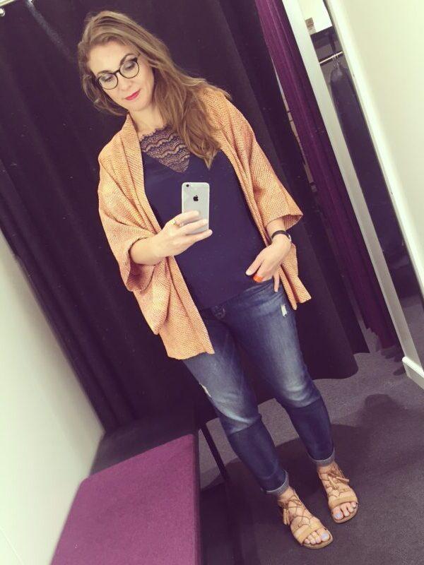 cardigan laksefarvet lilla trøje jeans sandaler
