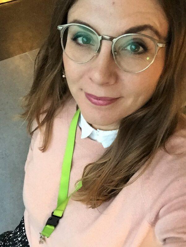 lyserød trøje grøn nøglering sorte bukser