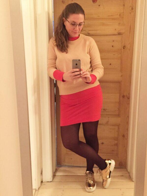 nederdel rød pangrød cardigan guld sko nylonstrømper