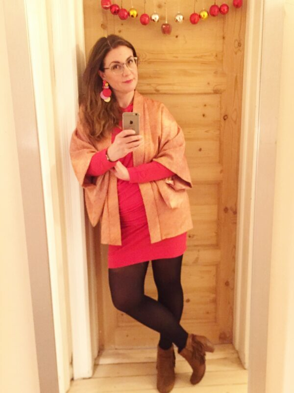 cardigan rød kjole øreringe brune sko højhælede