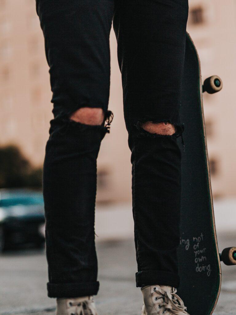 hullede jeans sorte sko hvid hvide