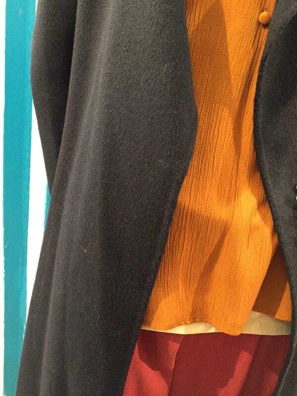 grå jakke orange trøje rød nederdel
