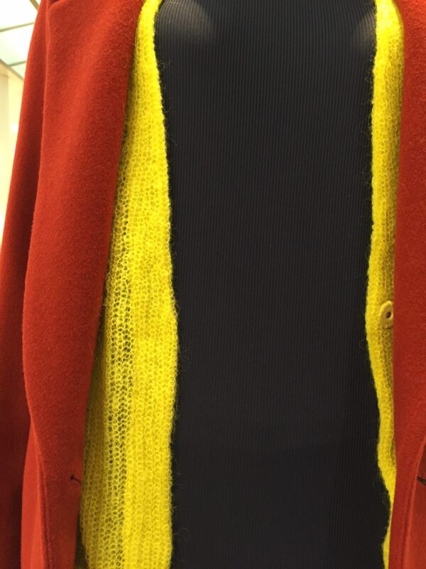 rød jakke gul cardigan sort trøje
