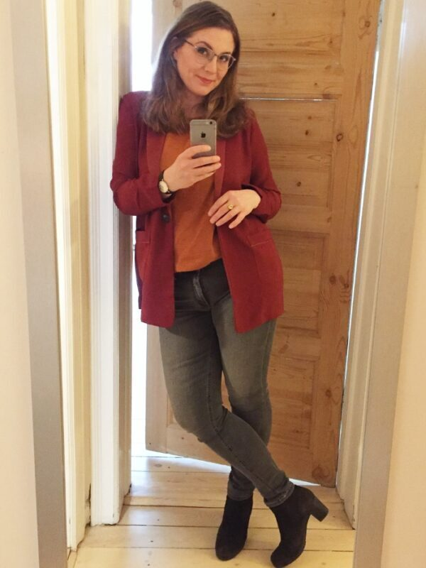rød jakke sorte høje hæle sko grå jeans orange trøje