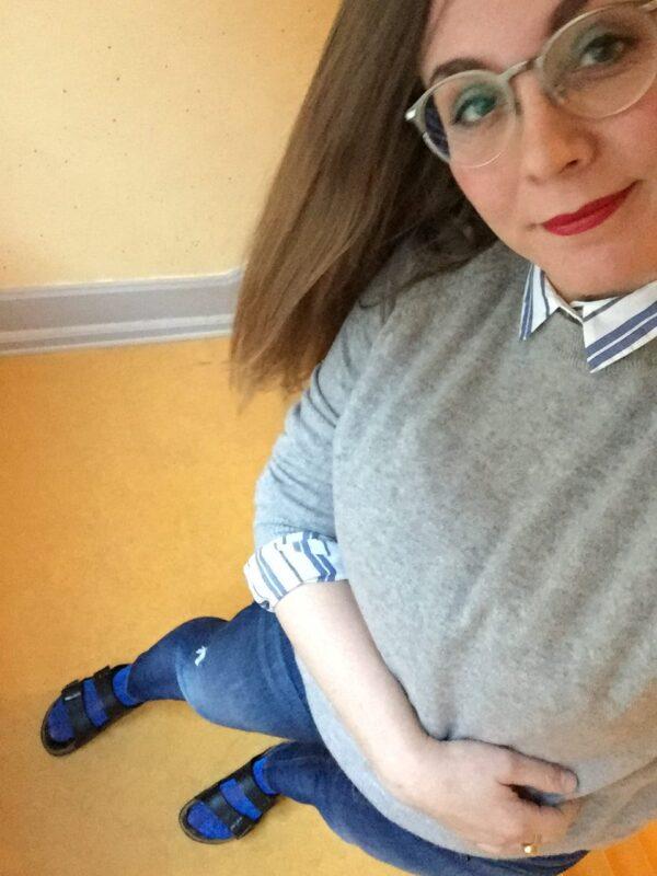 grå trøje jeans blå sokker skjorte stribet