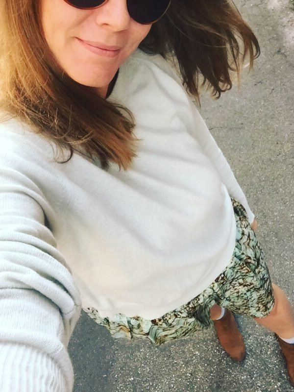 nederdel hvid trøje brune støvler sko