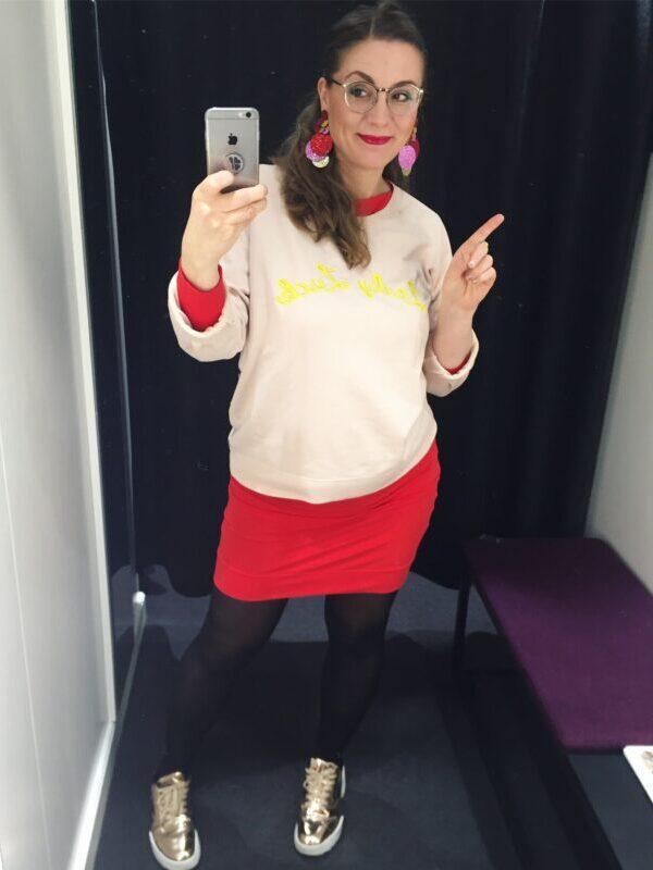 rød kjole guld guldfarvet sko øreringe lyserød sweatshirt