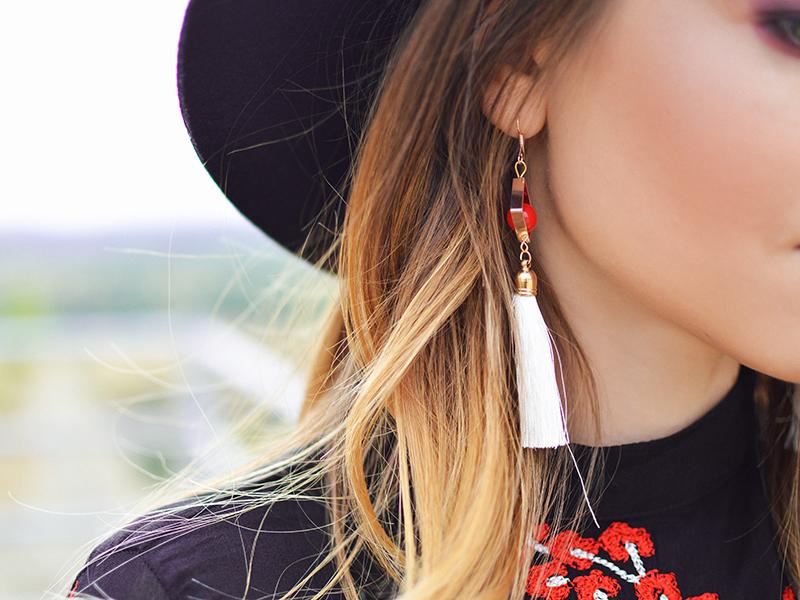 Kvinde med lang ørering og hat