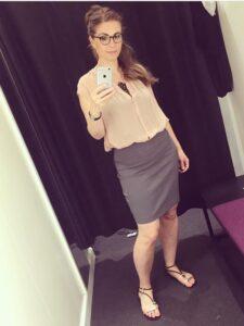grå nederdel sandaler ærmeløs skjorte