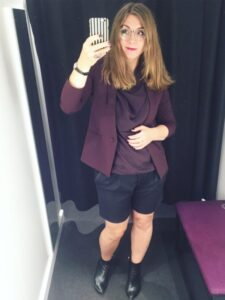 blommefarvet blazer silketrøje sorte shorts