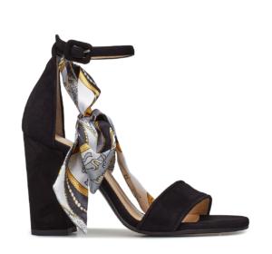 89d06740d7e En trend denne sæson er tørklæder eller mønster tænkt ind i sko eller  tasker. Sandalerne her har feminin power og får blødt den klassiske sorte  farve op med ...