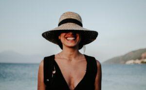 Read more about the article Guide: Den ene accessory, der er lige så tjekket som solbriller!