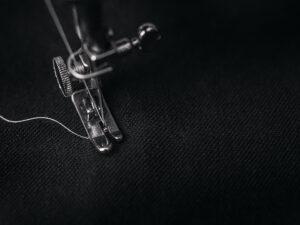 Symaskinefod sort stof hvid tråd